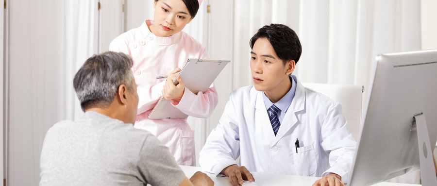 中国医生为病人看兵