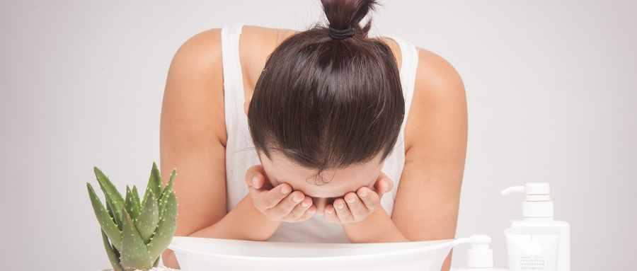 每天洗脸用热水是凉水